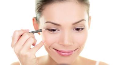 Tips Mengaplikasikan Eyeliner Sesuai Bentuk Mata