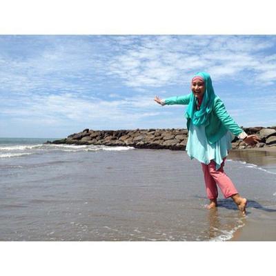Wah Ini Dia 6 Tips Menggunakan Busana Hijab Untuk Ke Pantai Fashion Beautynesia