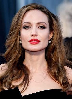 Tutorial Membuat Lipstick Merah Menyala ala Angelina Jolie