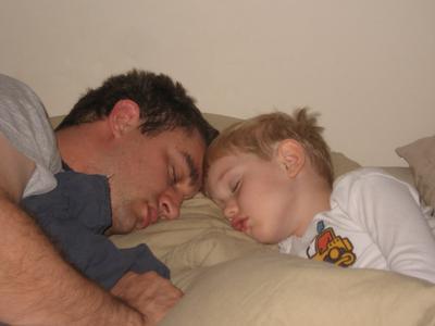 8 Pose Tidur Ayah dan Anak. Like Father Like Son!