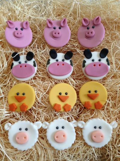 Domba, Ayam, Sapi, dan Babi yang Berbaris Rapi di Kandang