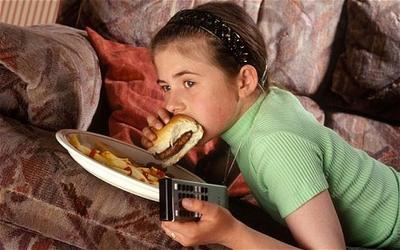 Tidak Menonton TV Saat Makan