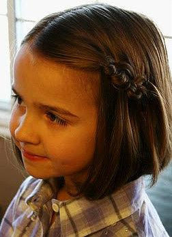 Ia tetap terlihat manis dengan tata rambut yang simpel seperti ini