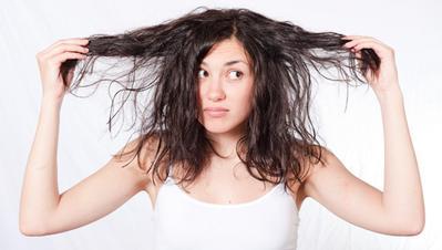 1. Mengeringkan rambut