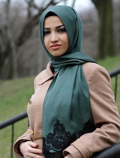 3. Gunakan jilbab berbahan yang menyerap keringat