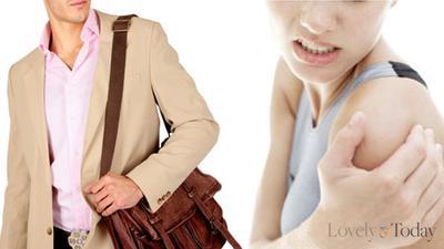 2. Membawa Tas Berat di Satu Sisi