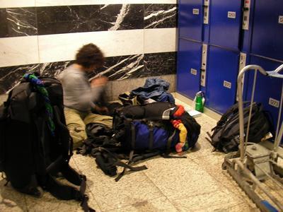 4. Menempatkan Tas di Sembarang Tempat