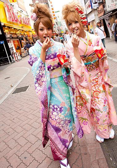 6. Berjalan-jalan sambil mengenakan Kimono