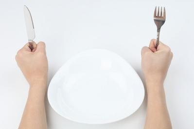 5. Tak Bisa Memakai Alat Makan Dengan Benar
