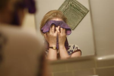 Menggosok wajah dengan Handuk