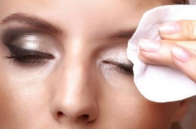 1. Menggosok Area Mata Terlalu Keras Saat Menghapus Riasan