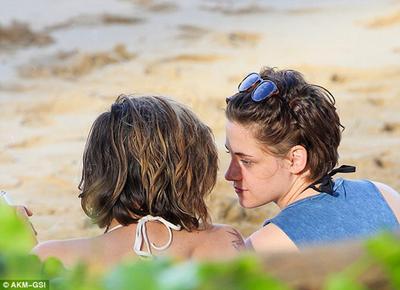 Ditinggal Tunangan Robert Pattinson, Kristen Stewart Pacari Wanita?