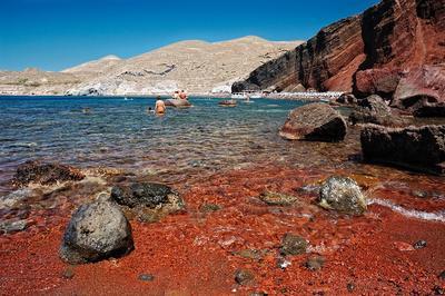 4. Berenang di Pantai Merah