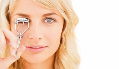 2. Kelopak Mata Tertarik Saat Menggunakan Alat Pelentik Bulu Mata