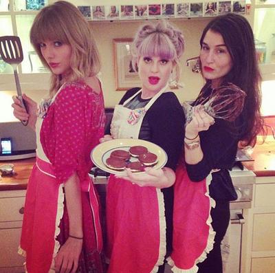 Membuat Kue Bersama