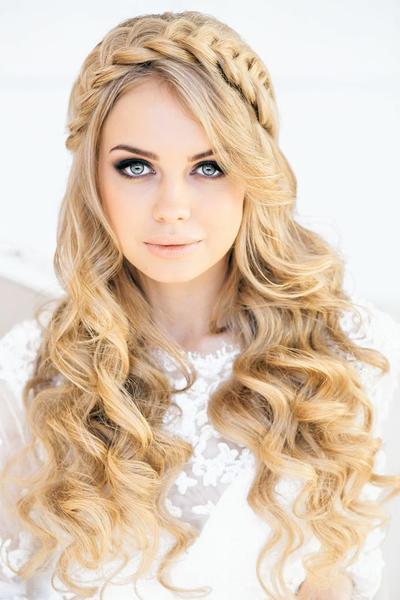 Inspirasi Crown Braided Hairstyle yang Stylish & Menawan