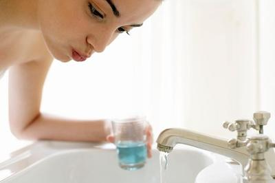 Berkumur Dengan Mouthwash Setelah Menyikat Gigi