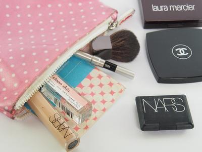 Makeup SOS: Apa Saja Peralatan Makeup yang Harus Dibawa ke Kantor