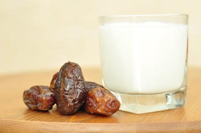 Susu dan Kurma Sebagai Pelengkap