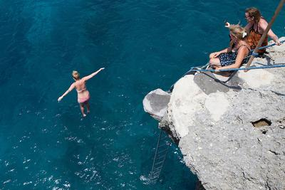 8. Lompat Tebing di Nusa Ceningan