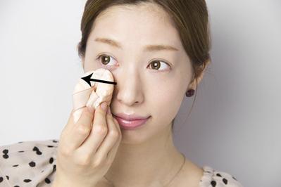 5. Gunakan Powder Foundation atau Face Powder pada Area Bawah Mata