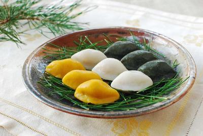 3. Membentuk Kue Songpyeon Secantik Mungkin Saat Hari Chuseok