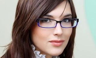 6 Tips Tampil Cantik untuk Wanita Berkacamata