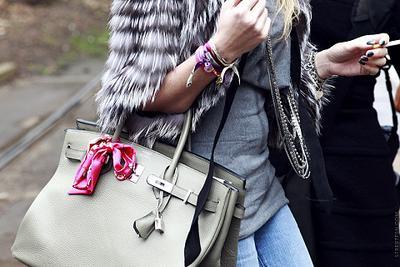 3. Pilih Scarf untuk Mempercantik Tas