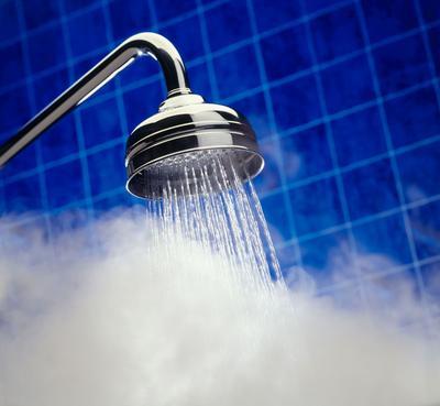 4. Keramas Menggunakan Air yang Terlalu Panas