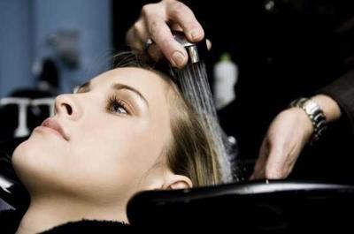 2) Basahi Rambut dari Bagian Kulit Kepala.