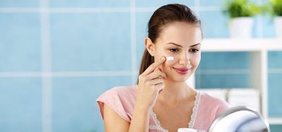 Bingung Aplikasikan Sunblock Saat Memakai Make up? Simak Tipsnya di Sini!