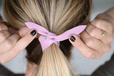 6. Mengikat rambut terlalu ketat