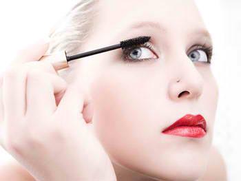 6. Terlalu Menarik Kulit Ketika Memakai Makeup