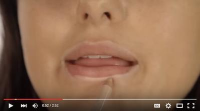1. Aplikasikan Lip Concealer