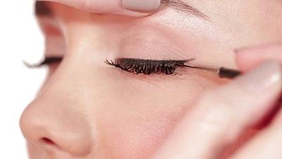 Gunakan Eyeliner Hitam Setelahnya
