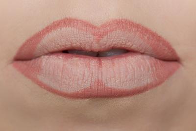 Bingkai Bibir Dengan Lip Liner