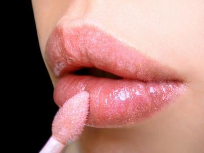 Aplikasikan Lipstik & Lip Gloss