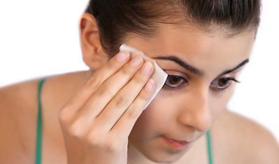 1. Bersihkan Wajah Secara Teratur dan Menyeluruh
