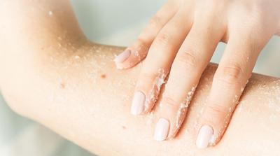 2. Kulit Bercahaya dengan Scrubbing Teratur
