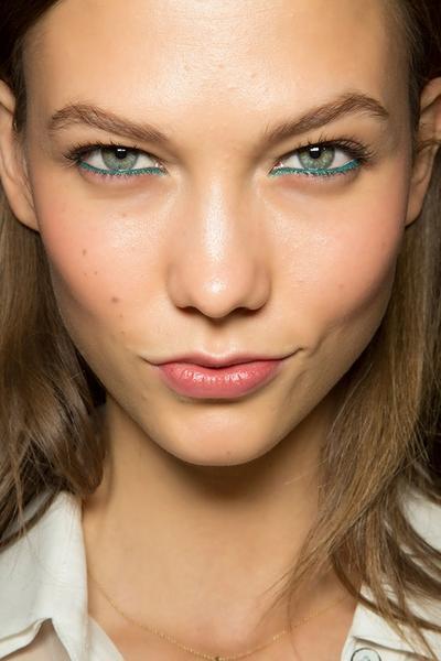 Tips Memakai Eyeliner Warna-Warni