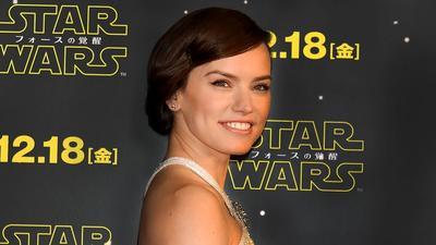 Contek Gaya Rambut Retro ala Daisy Ridleys di Premiere Film Star Wars