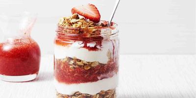 Resep: Strawberry Granola Yogurt Parfait