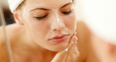 Supaya Hasilnya Mulus, Begini Cara Pakai Makeup Saat Kulit Sedang Kering dan Mengelupas