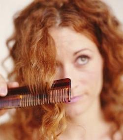 3. Sisir Rambut Sebelum Keramas