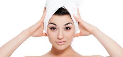 2. Aplikasikan Masker Saat Rambut dalam Keadaan Lembab