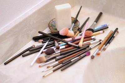 1. Menggunakan Alat Kosmetik yang Kotor