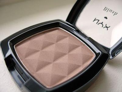 Menggunakan Produk Makeup Bronzer