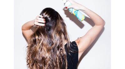 1. Beri Jarak Saat Menyemprot Dry Shampoo