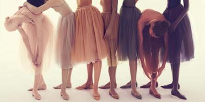 Tampil Kasual Dengan Sepatu Ballerina Warna Nude Karya Christian Louboutin