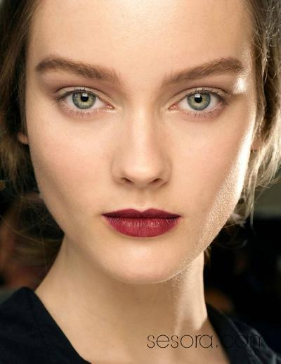 Menggunakan Makeup Lipstik Warna Berry